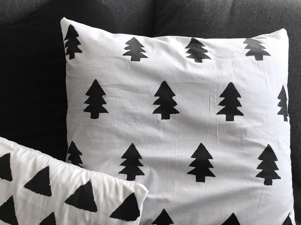winter diy kissen mit tannenbaumprint n hen und bedrucken. Black Bedroom Furniture Sets. Home Design Ideas