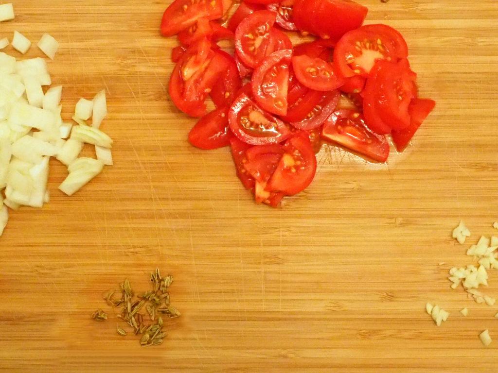gesunde-fitness-spaghetti-zutaten-schneiden
