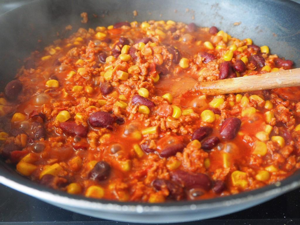 veganes-chili-sin-carne-dosentomaten-zugeben