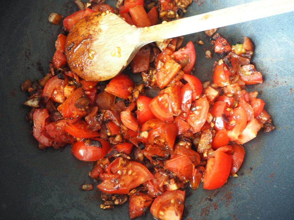 veganes-chili-sin-carne-tomaten-anbraten