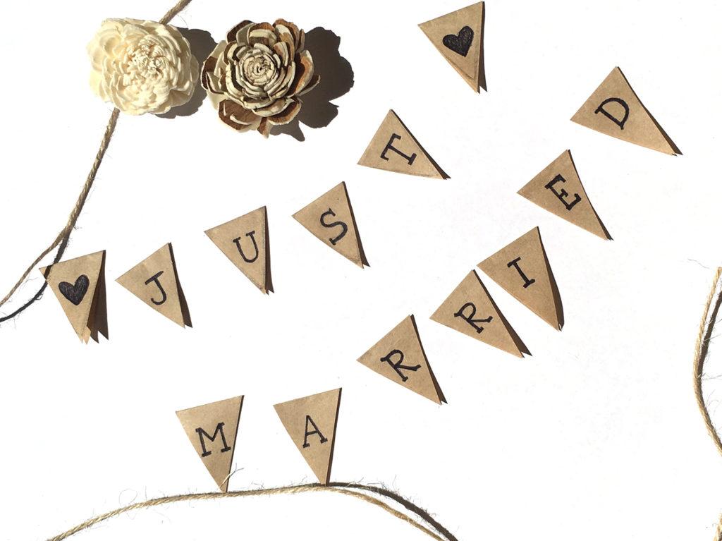 diy-wedding-cake-topper-vintage-dreiecke-ausschneiden-beschriften