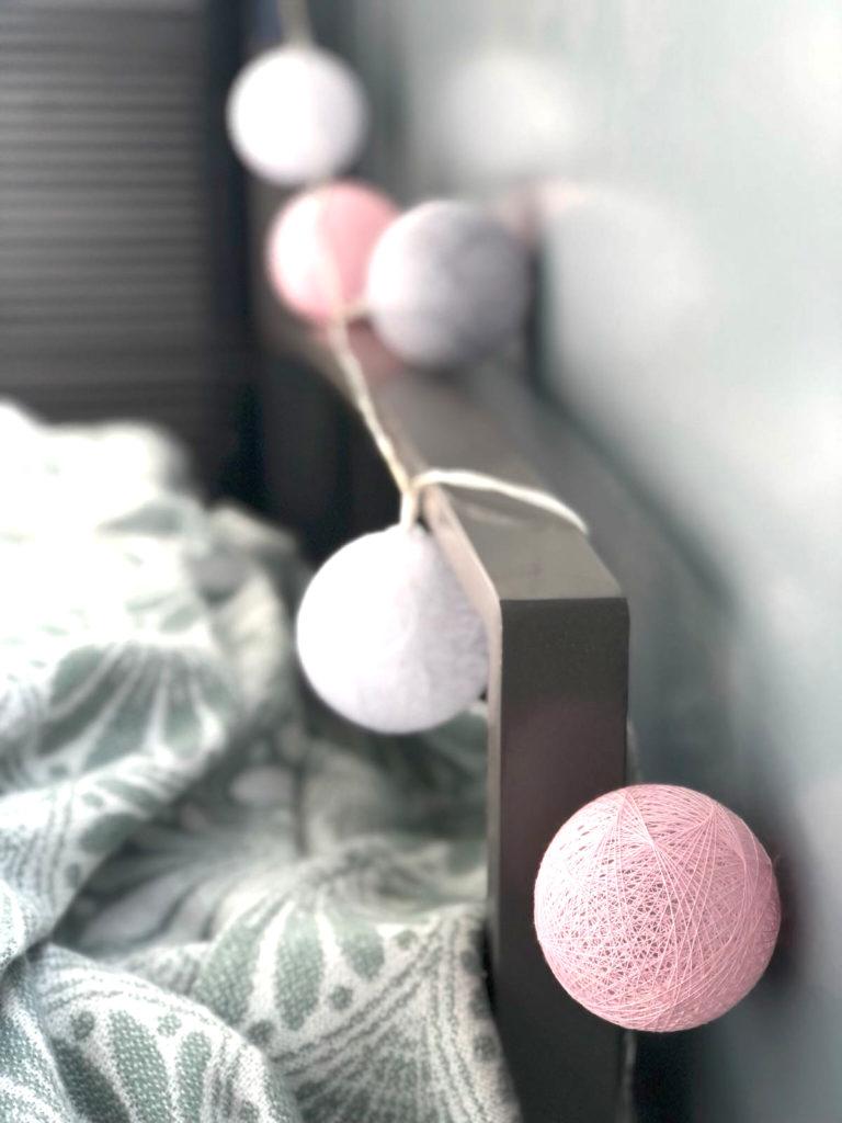 10-Tipps-kleinen-Balkon-einrichten-Lichterkette