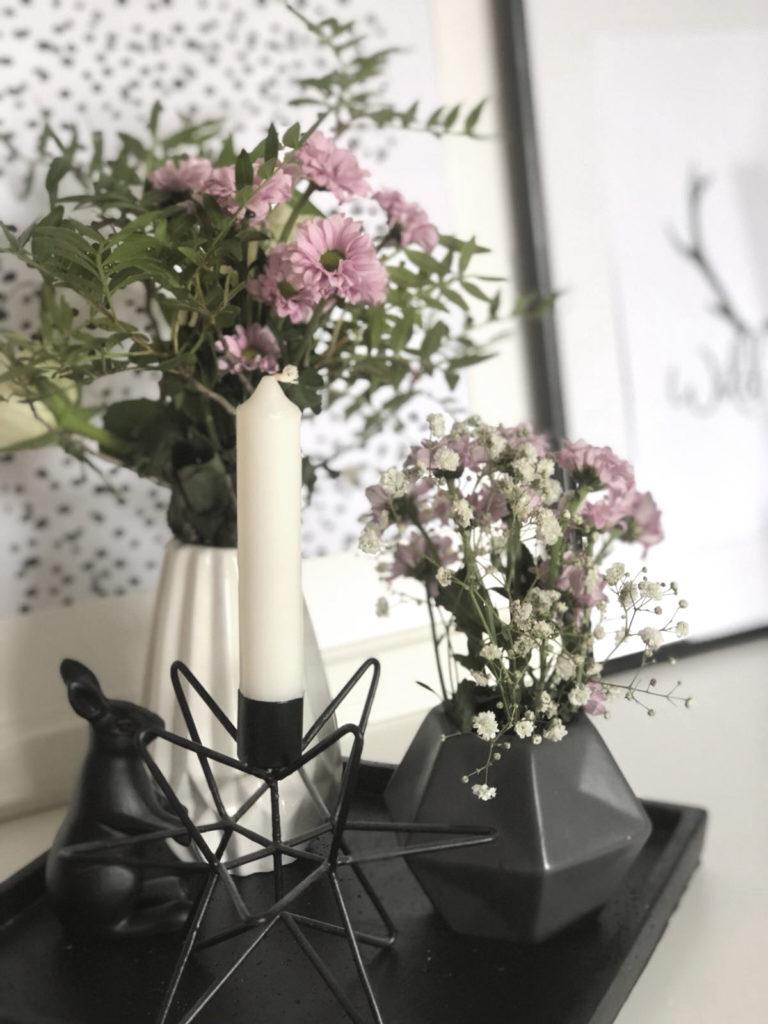 tipps wie du eine kommode mit schlichter deko gekonnt in szene setzt. Black Bedroom Furniture Sets. Home Design Ideas