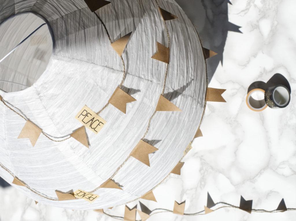 DIY-kreatives-geldgeschenk-hochzeit-heißluftballon-wimpelkette-befestigen