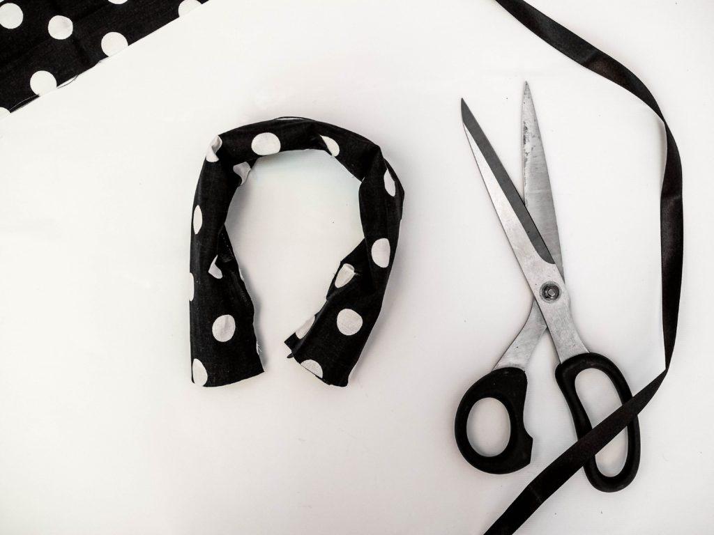 haarreif-selber-machen-diy-stoffband-um-Haarreif-legen