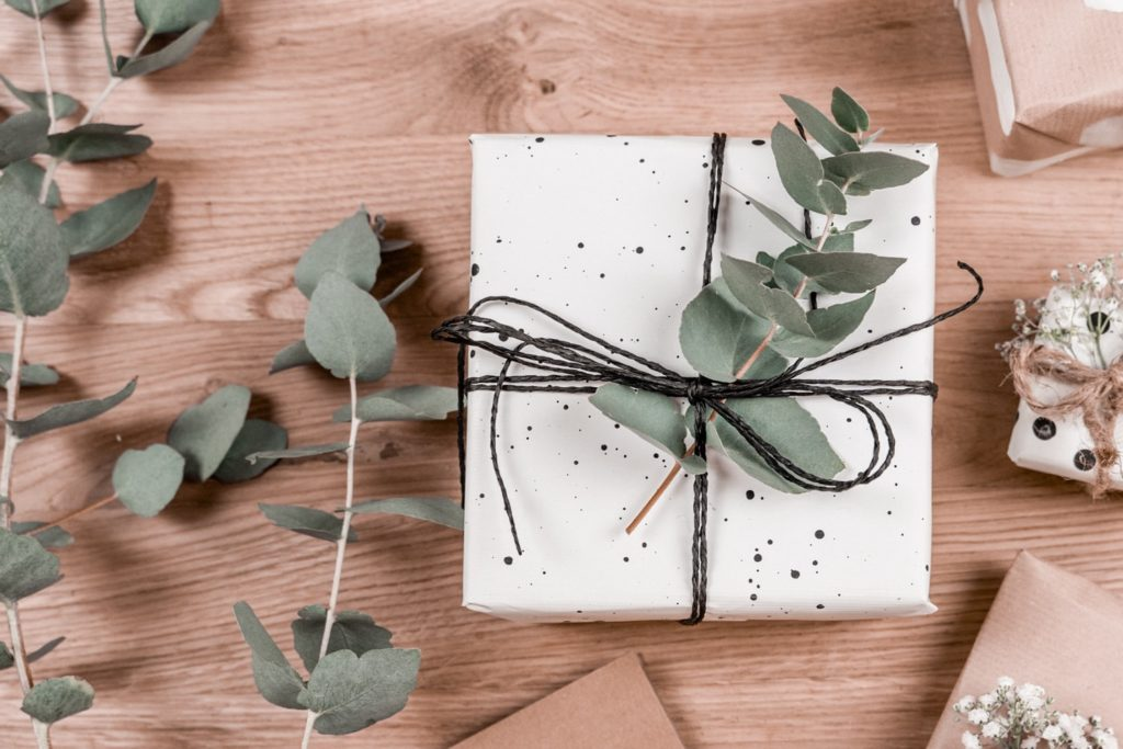 diy-geschenkpapier-farbkleckse