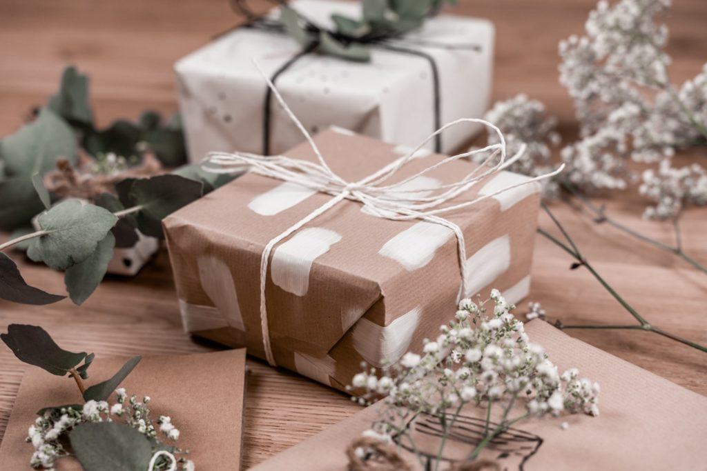 diy-geschenkpapier-pinselstriche