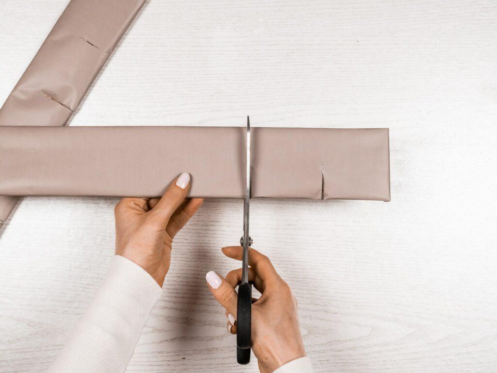 Geschenkpapier über Pappe einschneiden
