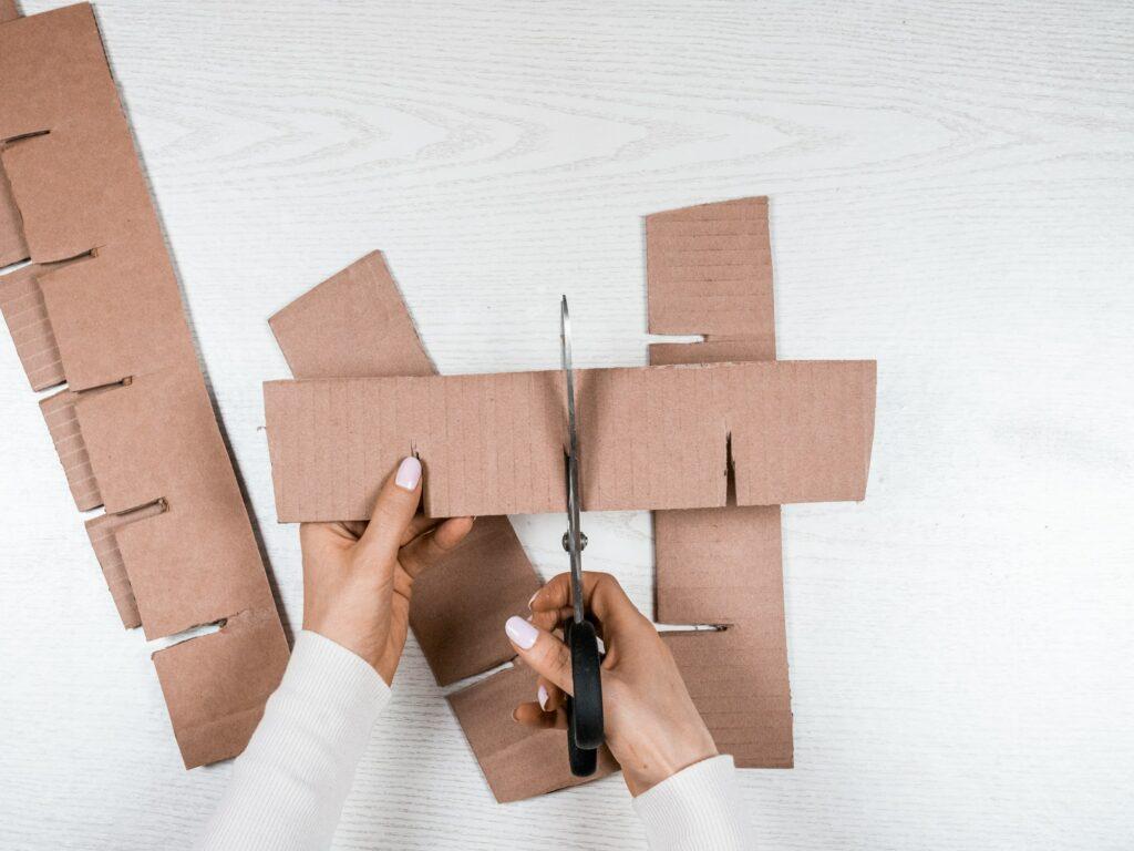 Pappe für Fächer einschneiden